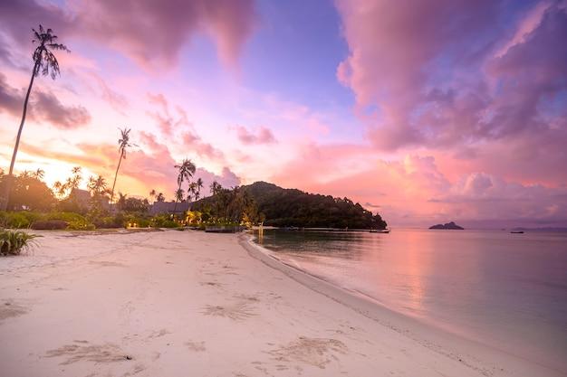 タイ、旅行先のコンセプトで夕暮れ時のピピ島の美しい景色。