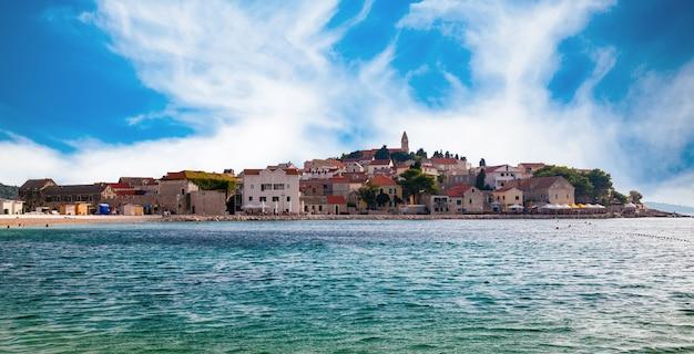 아드리아 해, 달마 시안 해안, 크로아티아에있는 primosten 구시 가지의 아름다운 전망