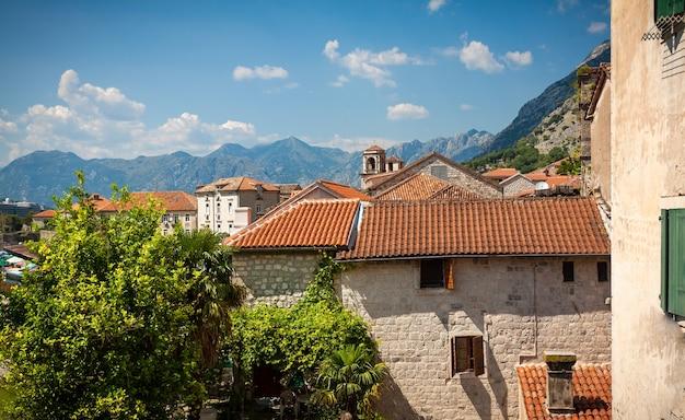 古代ヨーロッパの都市の赤い屋根の美しい景色