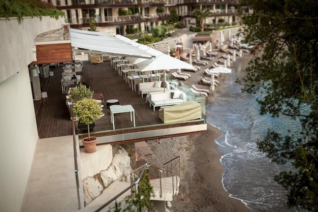 地中海の高い崖の上にあるサマーテラスのあるレストランの美しい景色
