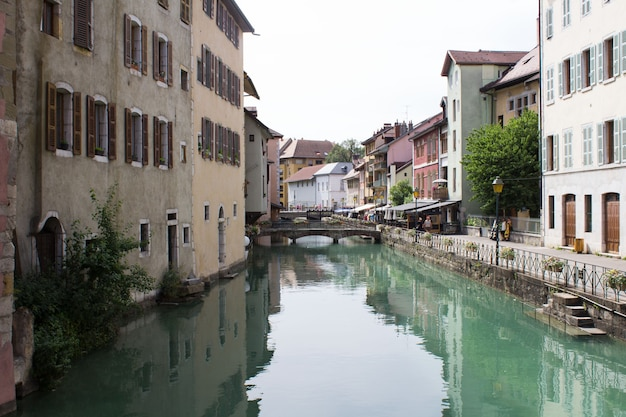 여름 날에 강과 주택의 아름다운 전망