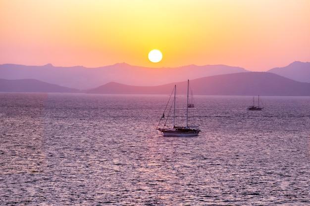 산 석양 항해의 아름 다운보기. 개념 배경 여행.