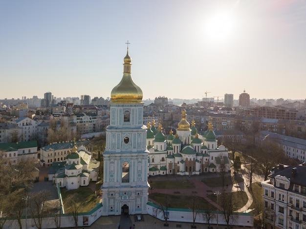 Прекрасный вид на собор святой софии и колокольню старейших церквей, известный символ киева, украина. фото дрона