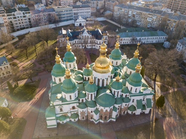 Прекрасный вид на собор святой софии из старейших церквей, известный символ киева, украина. фото дрона