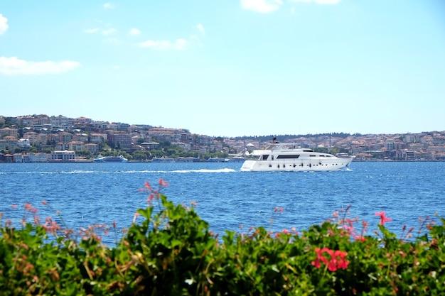 晴れた日の海、ボート、青空の美しい景色