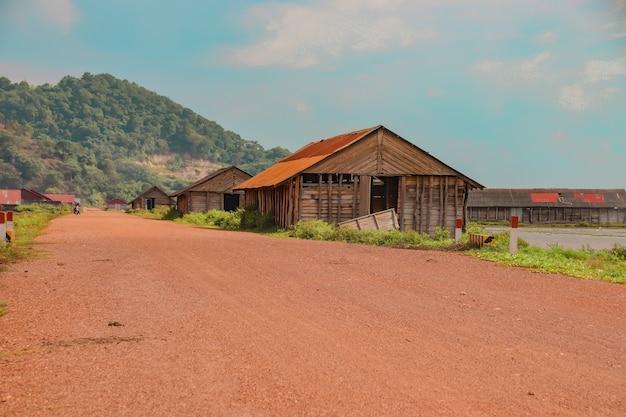 田園地帯にあるいくつかの木造納屋の美しい景色