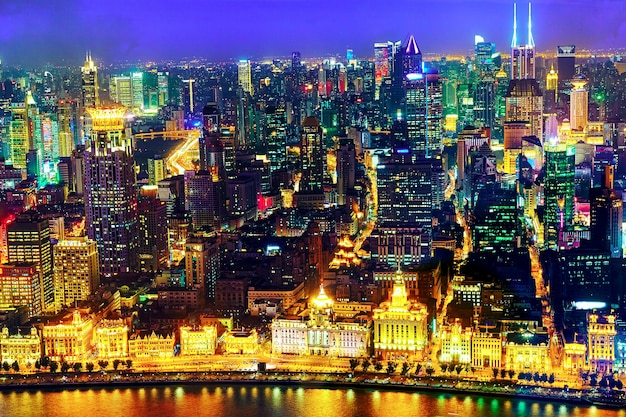 밤에는 상하이 - 와이탄 또는 와이탄 해안가의 아름다운 전망을 감상하실 수 있습니다. 상하이 해안가 와이탄에는 역사적인 건물이 있으며 상하이에서 가장 유명한 관광지 중 하나입니다.