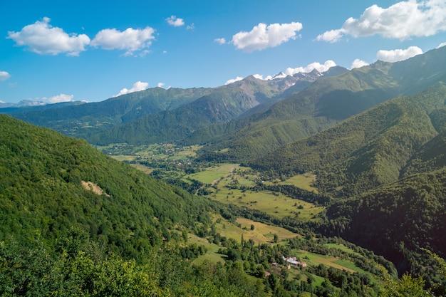 Прекрасный вид на небольшую деревню и высокие горы в верхней сванетии, грузия. путешествовать.