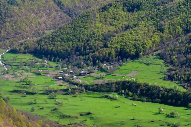 ジョージア州アッパースヴァネティの小さな村と高山の美しい景色