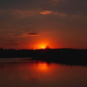 日の出の光の美しい景色