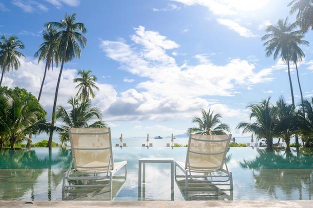 아늑한 리조트, 피피 섬, 태국에서 녹색 열대 정원이있는 수영장의 아름다운 전망
