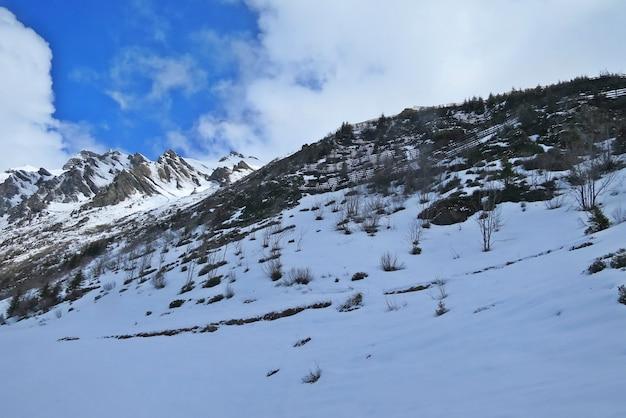 유명한 관광 열차 빙하 익스프레스, 스위스에 봄에서 스위스 알프스의 아름 다운 경치. 융프라우 행 열차에서 봅니다. 흐릿한 초점.