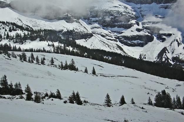 スイスの有名な観光列車の氷河で冬と春のスイスアルプスの美しい景色