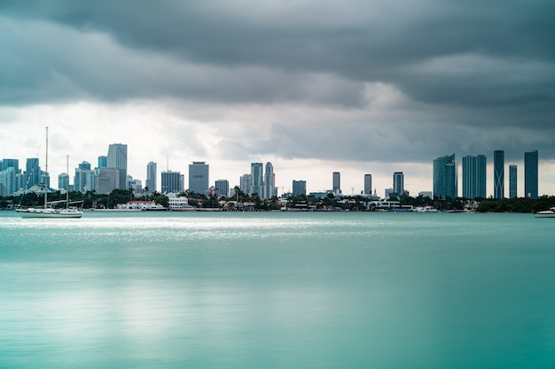 Прекрасный вид на высотные здания и лодки в саут-бич, майами, флорида