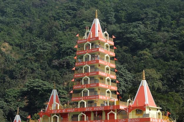リシケシインドのテラマンジル寺院trayambakeshwarの美しい景色