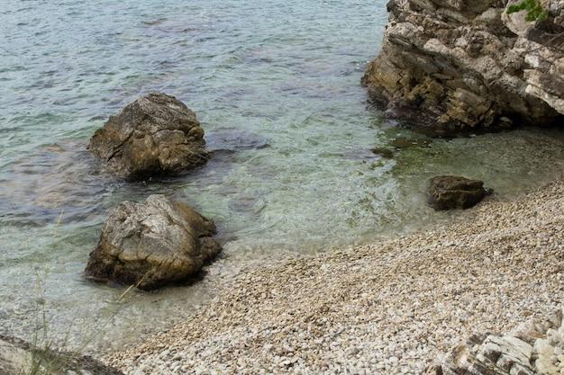 Прекрасный вид на пляж и море в солнечный день. корфу. греция.