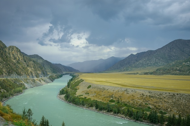カトゥニ川の屈曲の美しい景色