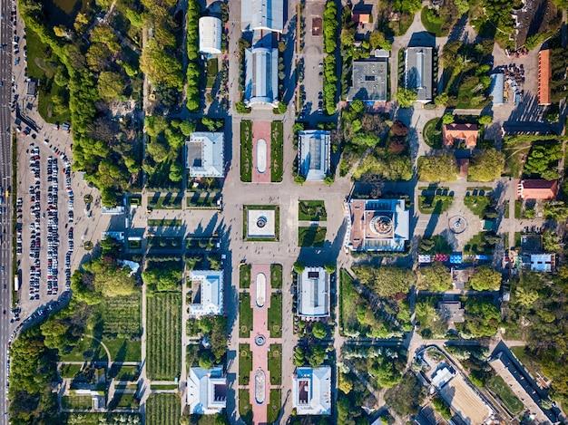 키예프에있는 국립 전시 센터의 건물과 공공 정원의 아름다운 전망과 녹색 구역과 자동차 주차장, 우크라이나.