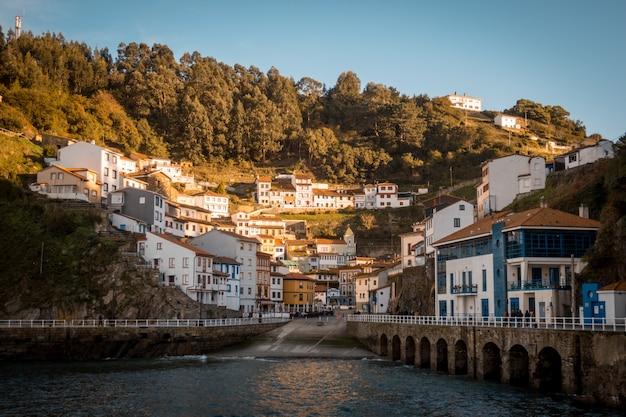 Cudillero의 건물의 아름다운 전망, 언덕으로 둘러싸인 스페인 asturies