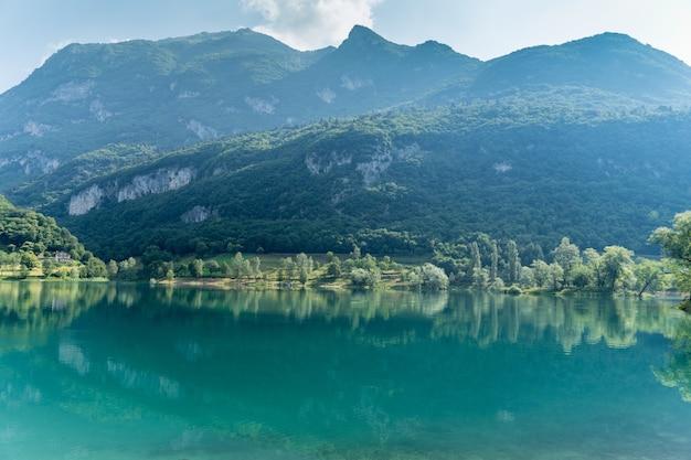 낮 동안 이탈리아 trentino에 위치한 tenno의 잔잔한 호수의 아름다운 전망