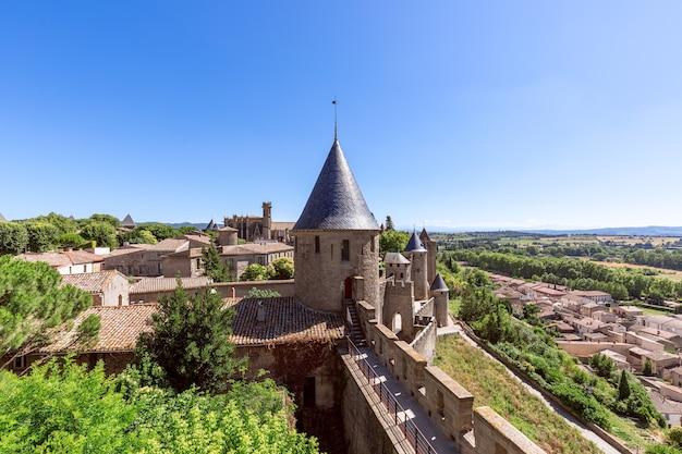 壁の内側に大聖堂と旧市街があるカルカソンヌ城の美しい景色