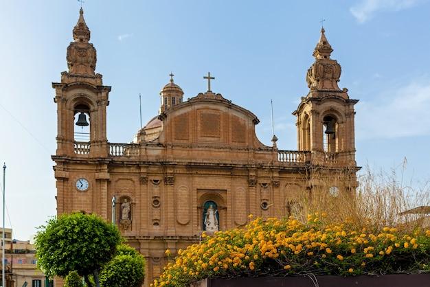 푸른 하늘 배경에 가톨릭 바로크 양식의 교회의 아름다운 전망 놀라운 도시 풍경