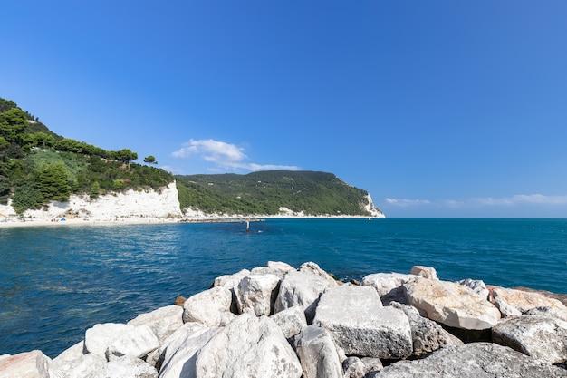 Прекрасный вид на побережье ривьеры дель конеро. сироло, анкона, италия