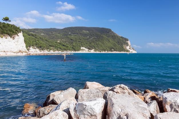 Прекрасный вид на побережье ривьеры дель конеро сироло анкона италия