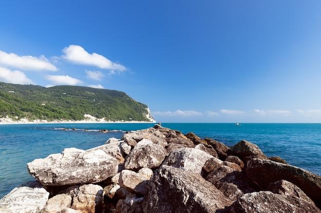 Прекрасный вид на побережье ривьеры дель конеро. сироло, италия