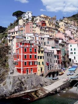 Прекрасный вид на разноцветные дома в солнечный день. италия.