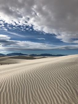 ニューメキシコの風にさらされた砂で覆われた砂漠の美しい景色-背景に最適