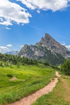 ベッルーノ県ヴァルパローラ峠のドロミテ山の美しい景色