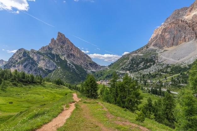 イタリアアルプスのヴァルパローラ峠にあるドロミテ山の美しい景色