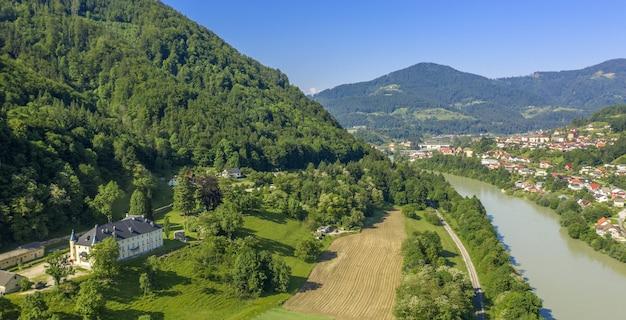 明るい日にスロベニアのドラヴァ川の美しい景色