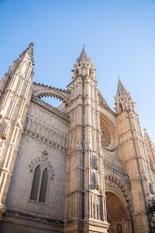 スペイン、パルマデマヨルカのサンタマリア大聖堂の入り口の美しい景色