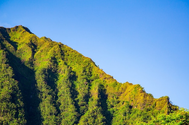 Прекрасный вид на знаменитый горный пейзаж возле лестницы хайку на фоне голубого неба.