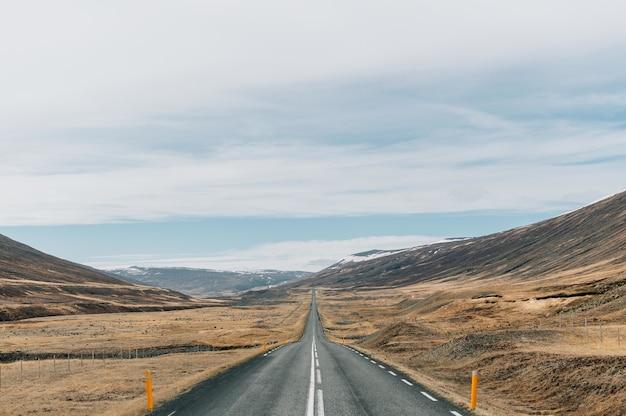 Прекрасный вид на знаменитую кольцевую дорогу посреди горных пейзажей в исландии.