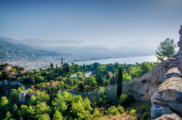 Прекрасный вид на крепость и город сверху. пейзаж турции. стена старого замка.