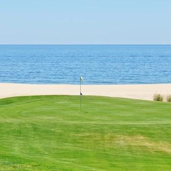 Прекрасный вид на поле для гольфа на море. португалия, алгарве.