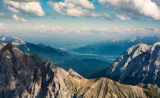 Прекрасный вид на высокие горы и холмы
