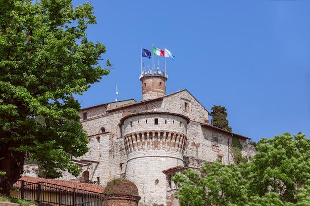 브레시아 마을의 역사적인 중세 성곽의 아름다운 전망