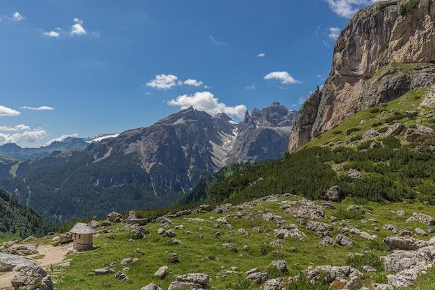 サッソンゲル山からのイタリアのドロミテの美しい景色