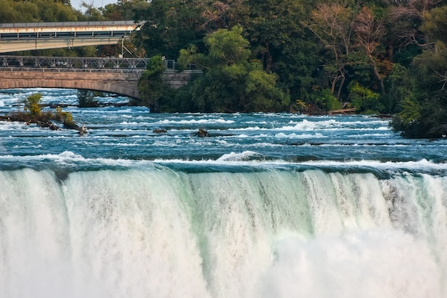 Прекрасный вид на великолепный ниагрский водопад, снятый в канаде.