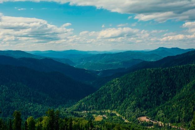 山の湖と夏の山の美しい景色