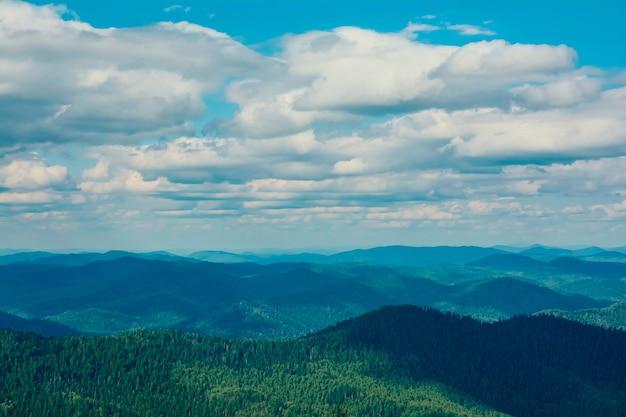 Прекрасный вид на горы и небо летом