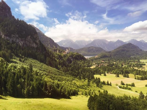 여름날 산과 숲의 아름다운 전망