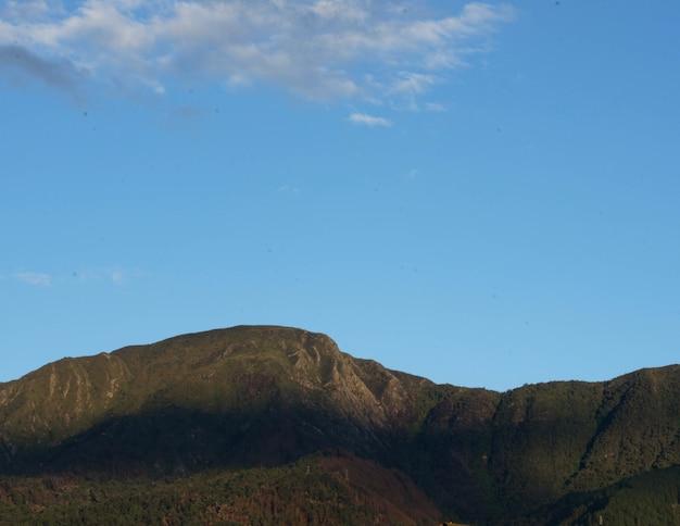 澄んだ青い空の下の山々の美しい景色