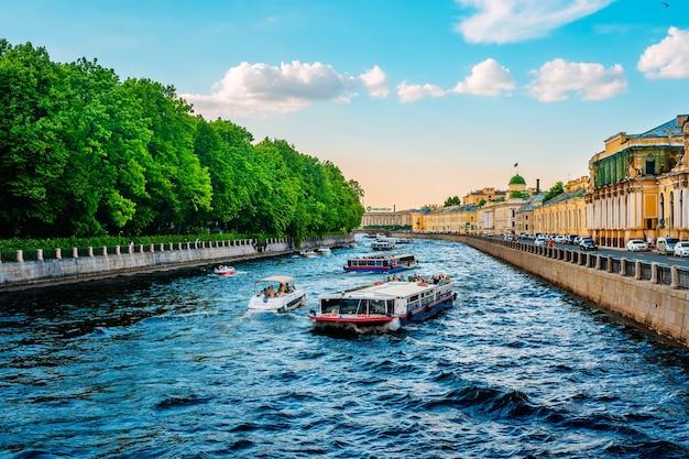 관광 유람선이 있는 상트페테르부르크의 네바 강 운하의 아름다운 전망