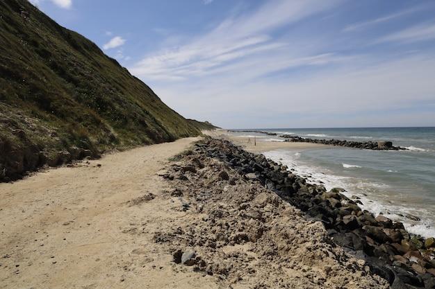 Прекрасный вид на побережье северного моря в лёнструпе в дневное время