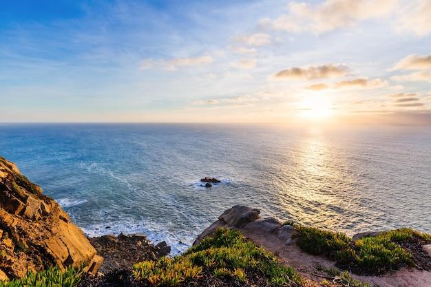 Прекрасный вид на океан со скалистых гор